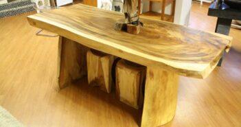 Tisch aus Massivholz