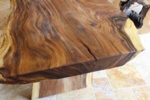 Massivholztisch Baumstamm mit Wildkante
