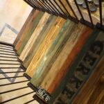 Metalltreppe mit Holzstufen im Shabby-Look