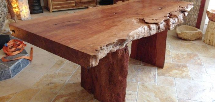 Tischplatte aus einem Baumstamm