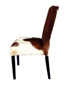 Stuhl mit Fellbezug