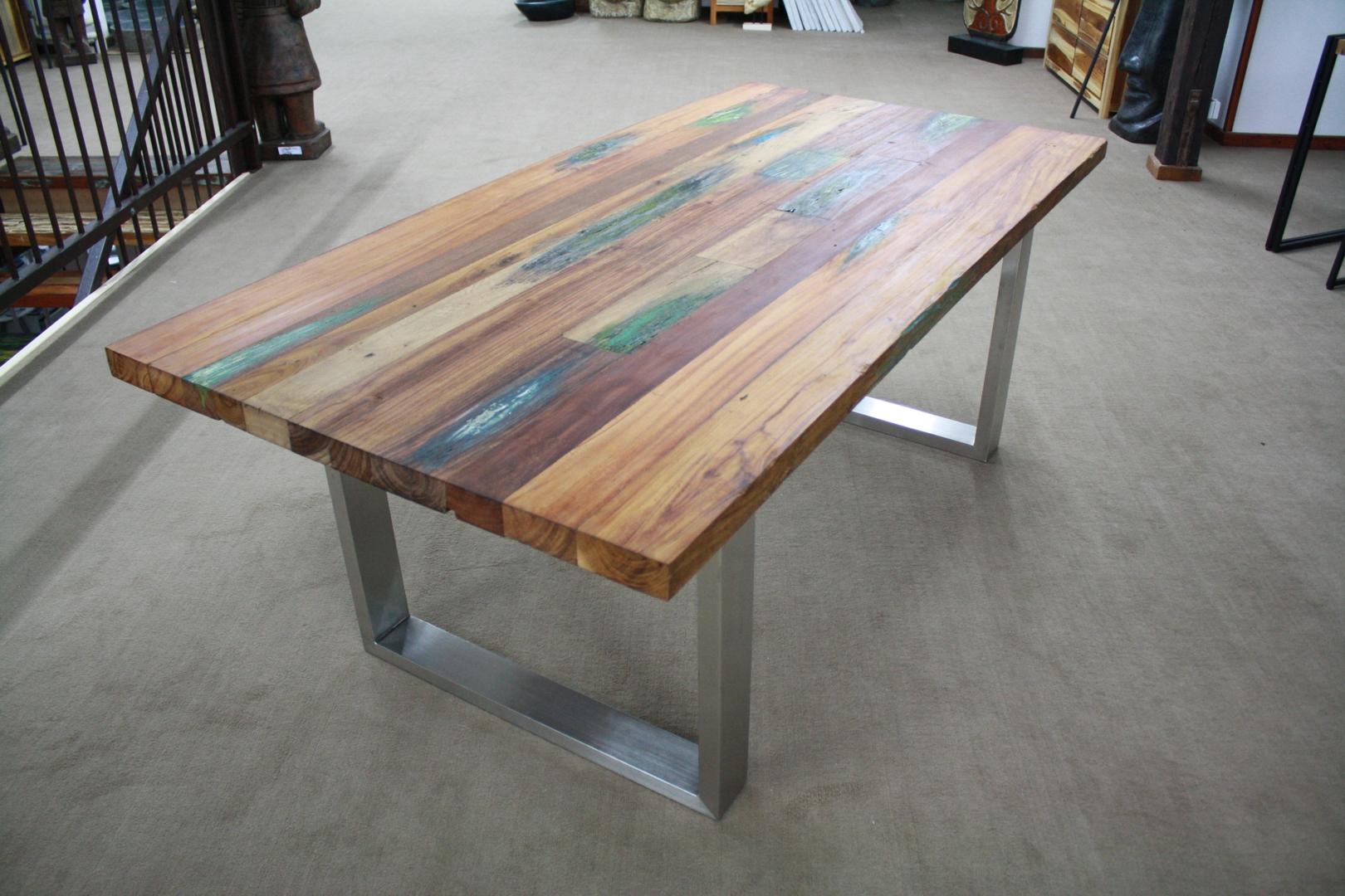 tisch aus recyceltem holz. Black Bedroom Furniture Sets. Home Design Ideas
