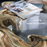 Couchtisch aus einer Baumscheibe mit Glasplatte