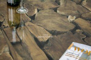 Couchtisch aus Altholz mit Edelstahl
