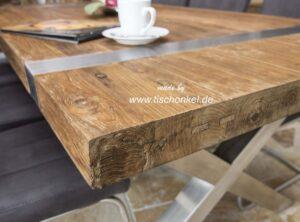 Esstisch aus Altholz mit Edelstahl
