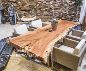 Esstisch aus einem Baumstamm