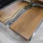 Eleganter Couchtisch aus Holz mit Untergestell aus Edelstahl