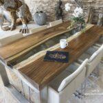 Silvoller Esstisch aus Holz in modernem Design