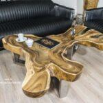 Wohnzimmertisch aus einer Baumscheibe und einem edlen Tischgestell aus Edelstehl