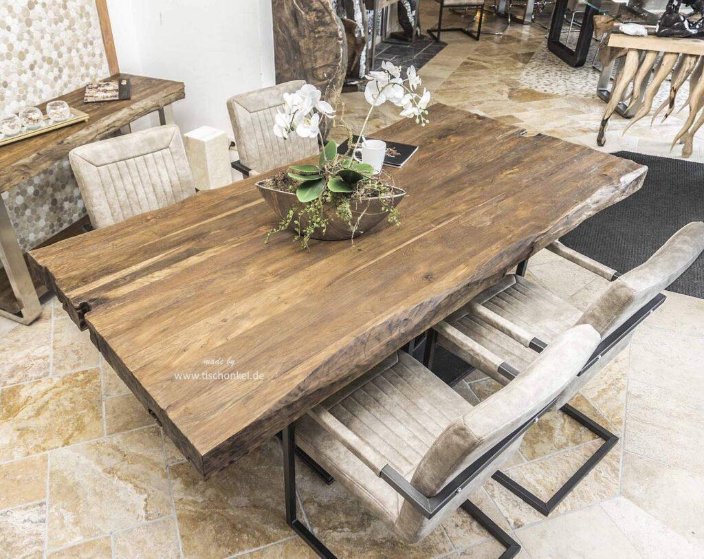 Designer Esstisch mit massiver Tischplatte aus Altholz