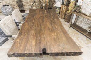 Massive Tischplatte aus recyceltem Holz mit edlem Tischgestell