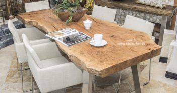 Massiver Esstisch aus einer Holzbohle