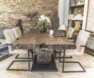 Massiver Esstisch mit Tischgestell aus Rohstahl