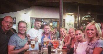 Sechs Auswanderer von Goodbye Deutschland an einem Tisch