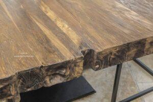 Tischplatte aus Altholz mit Tischgestell aus Eisen
