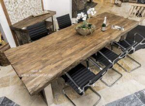 Esstisch aus Holz mit Edelstahl