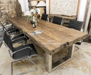 Esszimmertisch mit massiver Tischplatte