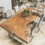Konferenztisch oder Esstisch aus einer Holzbohle