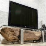 TV-Board aus Altholz mit Glasplatte