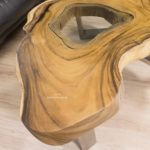 Couchtisch aus einer Baumscheibe mit runder Glaseinlage