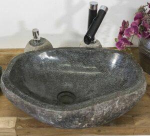 Steinwaschbecken aus einem Findling