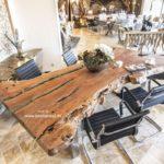 Esstisch aus einem Holzstamm