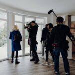 Olaf Gerken mit Olena Gerken bei der Übergabe des Hauses durch Kasa-Immobilien in Leer (1)