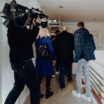 Olaf Gerken mit Olena Gerken bei der Übergabe des Hauses durch Kasa-Immobilien in Leer