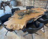 Außergewöhnlicher Esstisch aus einem Baumstamm mit Baumkante