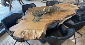 Esstisch aus einem Baumstamm mit Baumkante