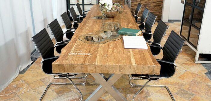 Konferenztisch mit Platz für 12-14 Personen