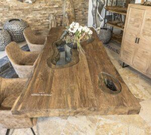 Massiver Holztisch aus recyceltem Holz