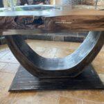 Tisch mit Wildkante aus einem Baumstamm