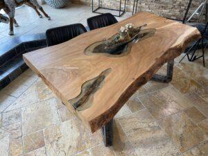 Traumhafter Esstisch mit Baumkante