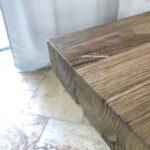 Esstisch aus Holz mit gebürsteter Oberfläche