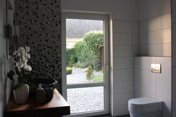 der fliesenonkel traumbad mit flusskiesel und steinwaschbecken bild 14. Black Bedroom Furniture Sets. Home Design Ideas